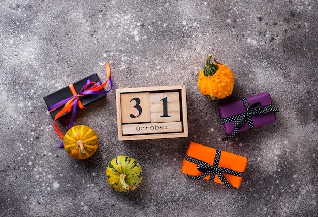 Halloweenowy tło z prezenta pudełkiem