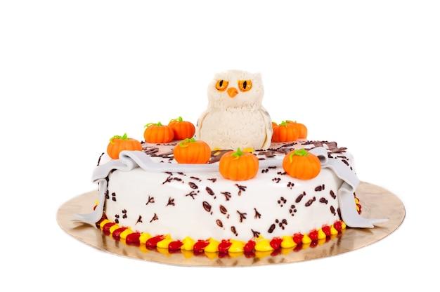 Halloweenowy tort z dyniami na białym tle