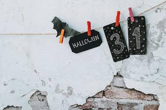 Halloweenowy ustawiający z papierowymi kartami i nietoperzem