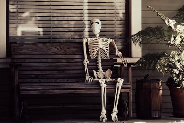 Halloweenowy wystrój domu. szkielet człowieka z maską, koronawirus, dla helloween.