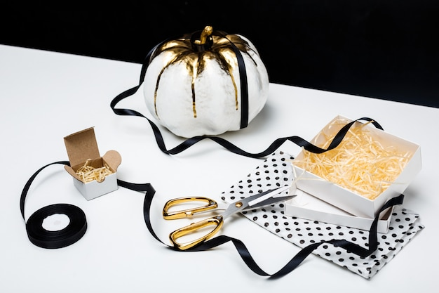 Halloweenowy wystrój na bielu stole nad czerni powierzchnią