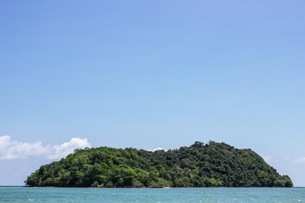 Halna wyspa nad morzem z jaskrawym niebem w tle w popołudniu przy koh mak wyspą w trat, tajlandia.