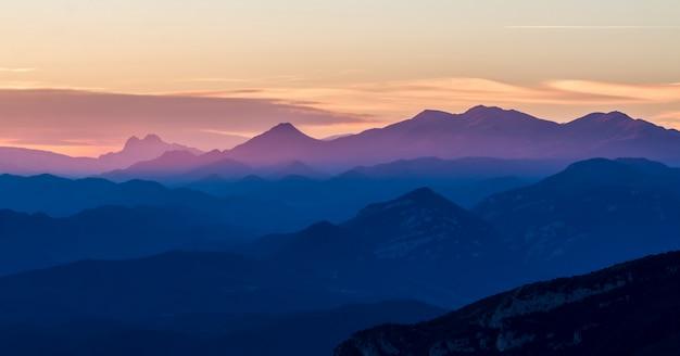 Halni szczyty pireneje hiszpania, w zmierzchu świetle