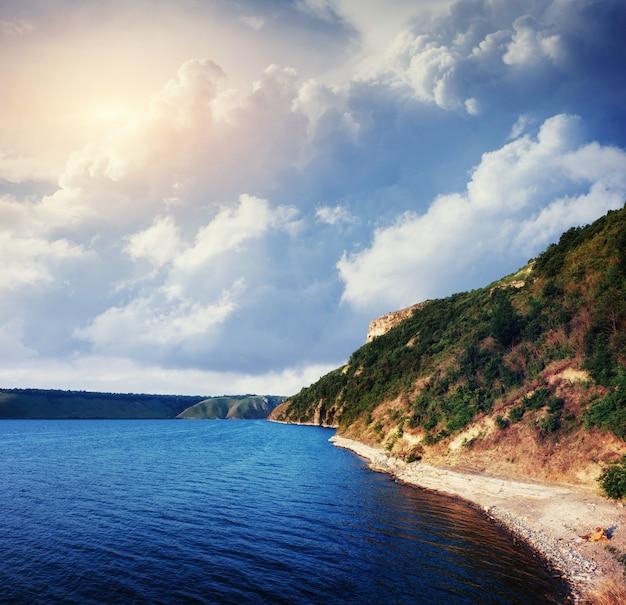 Halny jezioro w alpejskich górach włochy