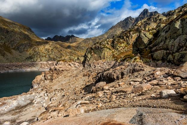 Halny jezioro w dolinie pyrenees góra od hiszpania