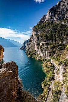 Halny sceniczny wysokogórski panoramiczny krajobraz, niebieskie niebo