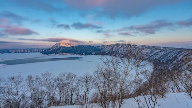 Halny zima krajobraz w hokkaido, japonia