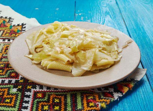 Haluski zasmażana kapusta i makaron, kluski na miękko lub knedle gotowane w kuchniach europy środkowo-wschodniej.