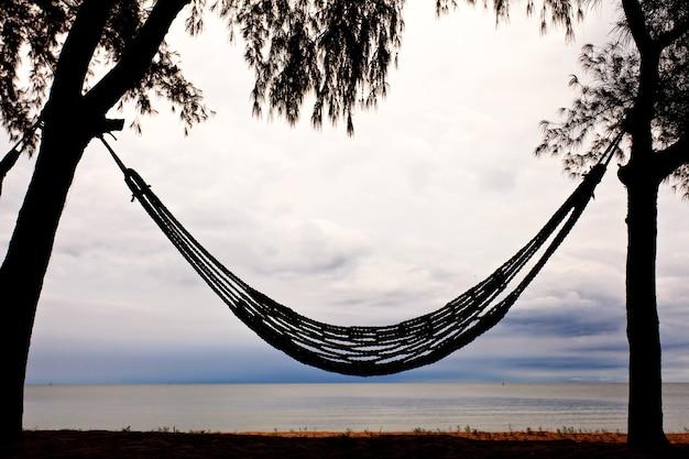 Hamak na plaży i niebo w tle