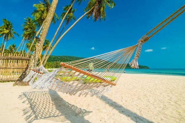 Hamak z piękną naturą tropikalna plaża i morze z kokosowym drzewkiem palmowym