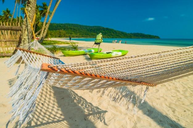 Hamak z pięknej natury tropikalną plażą