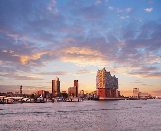 Hambirg, widok na rzekę łabę w kierunku elbphilharmonie o zachodzie słońca