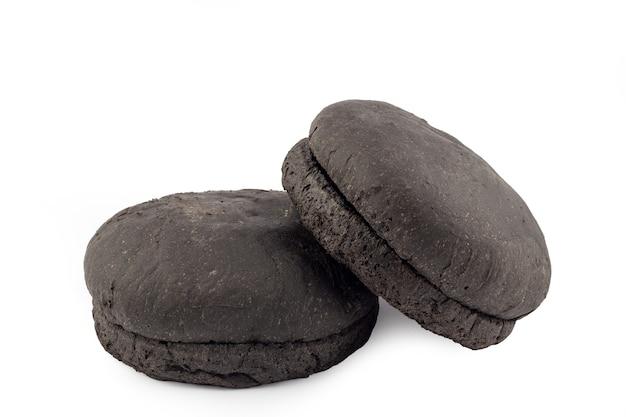 Hamburger czarny kok na białym tle