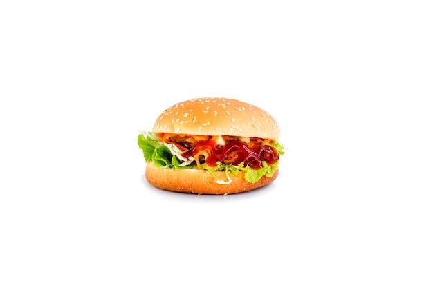 Hamburger drobiowy z warzywami na białym tle