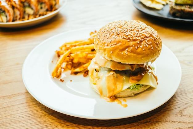 Hamburger i frytki