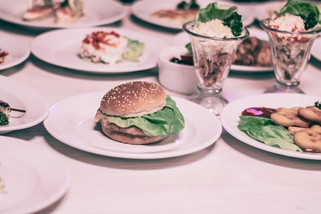 Hamburger i inne fast foody na stole w kawiarni.