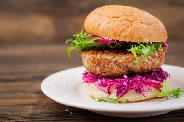Hamburger kanapkowy z soczystymi burgerami, czerwoną kapustą i różowym sosem