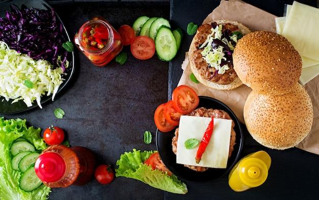 Hamburger kanapkowy z soczystymi burgerami, serem i mieszanką kapusty. widok z góry