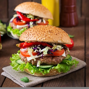 Hamburger kanapkowy z soczystymi burgerami, serem i mieszanką kapusty