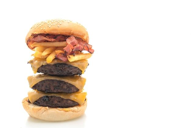 Hamburger lub burgery wołowe z serem, bekonem i frytkami na białym tle