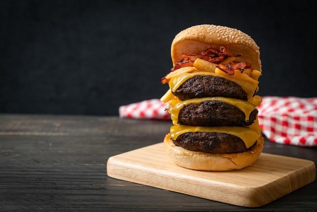 Hamburger lub burgery wołowe z serem, boczkiem i frytkami - niezdrowy styl jedzenia