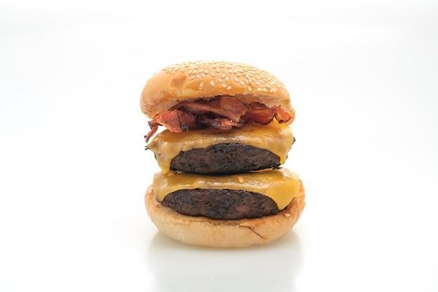 Hamburger lub burgery wołowe z serem i boczkiem - na białym tle