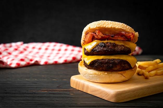 Hamburger lub burgery wołowe z serem i boczkiem - niezdrowe jedzenie