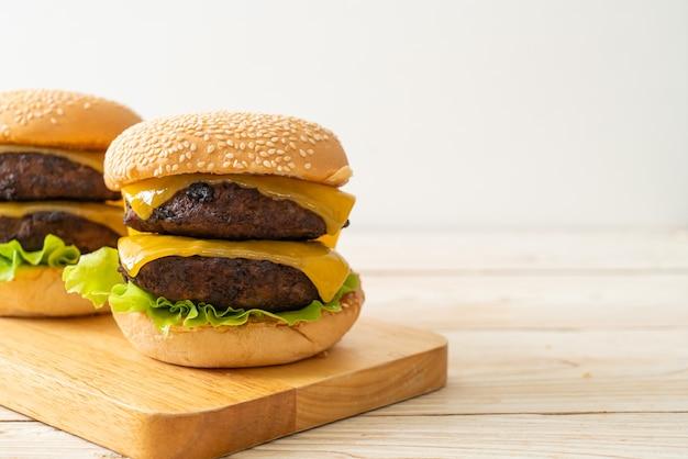 Hamburger lub burgery wołowe z serem - niezdrowe jedzenie