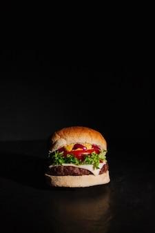 Hamburger na ciemnym tle