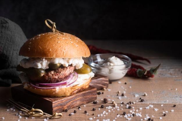 Hamburger na drewnianej desce z miejsca na kopię
