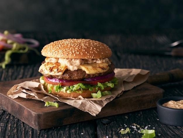 Hamburger na drewnianym stole