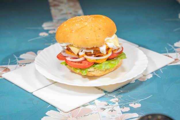 Hamburger wegetariański z frytkami na talerzu