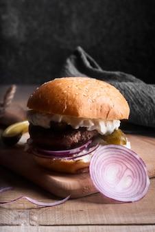 Hamburger widok z przodu na drewnianej desce