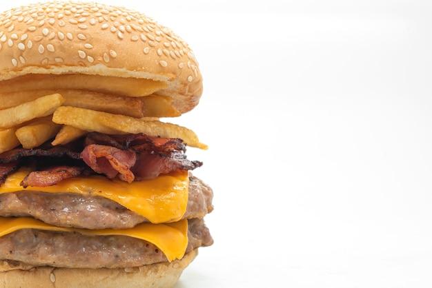 Hamburger wieprzowy lub burger wieprzowy z serem, boczkiem i frytkami na białym tle