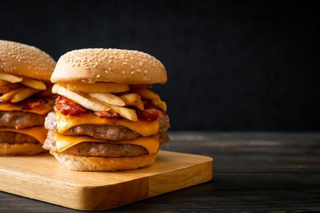 Hamburger wieprzowy lub burger wieprzowy z serem, boczkiem i frytkami