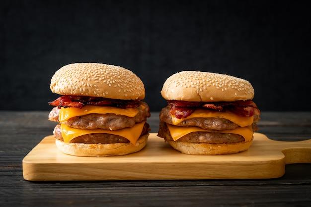 Hamburger wieprzowy lub burger wieprzowy z serem i boczkiem