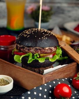 Hamburger z czarną bułką sezamową