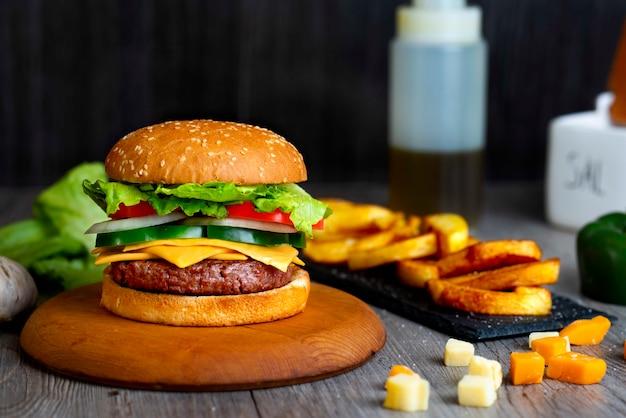 Hamburger z frytkami