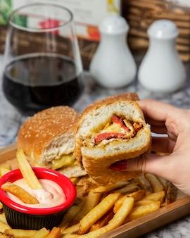 Hamburger z kiełbasą ze smażoną kiełbasą, podawany z frytkami i majonezem