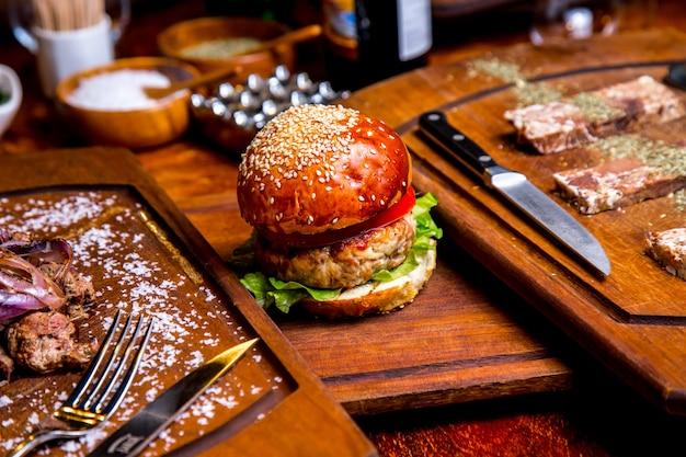 Hamburger z kurczaka na desce widok z boku