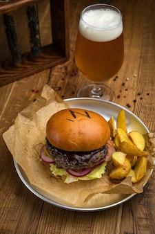 Hamburger z menu amerykańskiej restauracji. na drewnianym stole