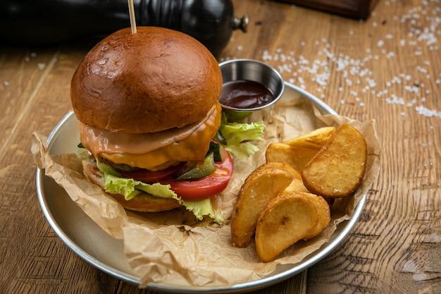 Hamburger z menu amerykańskiej restauracji