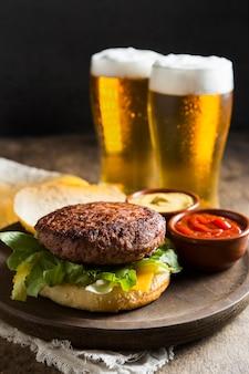 Hamburger z szklankami piwa