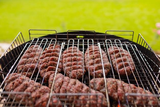 Hamburgery, gotowanie na grillu, miejsce.