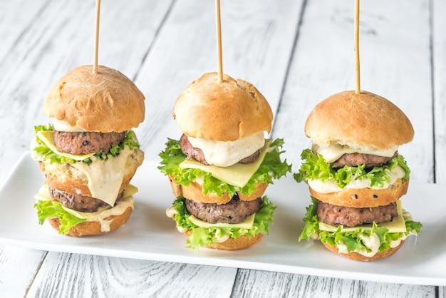 Hamburgery na białym talerzu