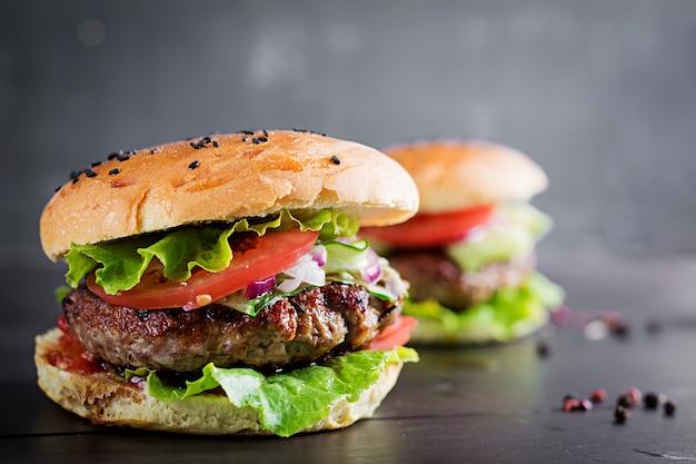 Hamburgery z wołowiną, pomidorem, czerwoną cebulą i sałatą