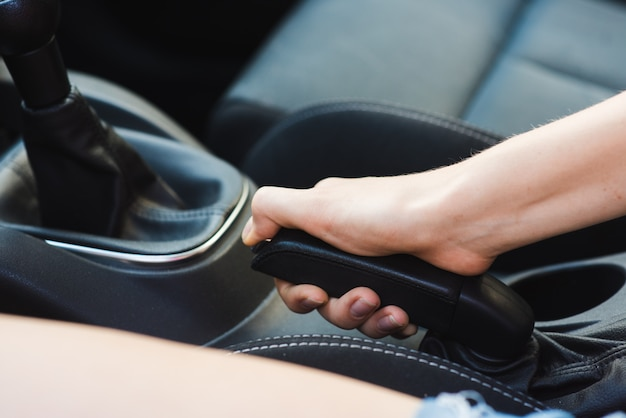 Hamulec ręczny samochodu z bliska