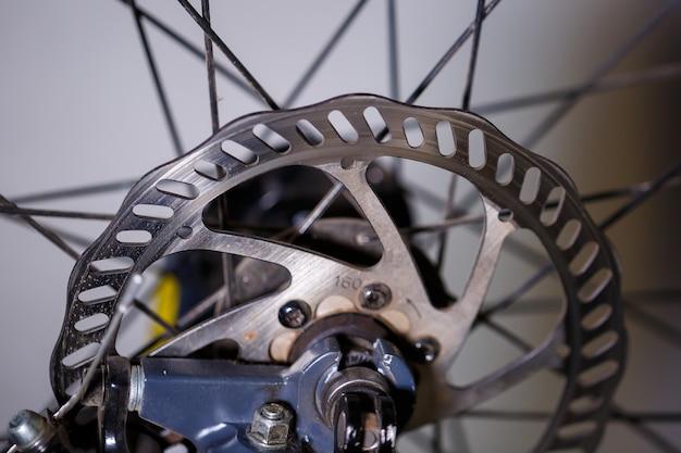 Hamulec tarczowy rowerowy. tylny hamulec tarczowy na rowerze górskim. odwiedź moje portfolio, aby zobaczyć inne zdjęcia części rowerowych