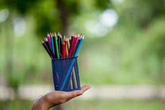 Hand and pencil zdj? Cia, zielone t? O kolor Edukacja koncepcji