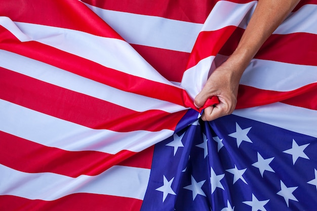 Hand asian man handful usa flag concept konflikt między chinami a stanami zjednoczonymi